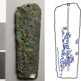 The image on the left shows B17506 under raking light.  The drawing on the right shows the pattern of the scabbard in blue.