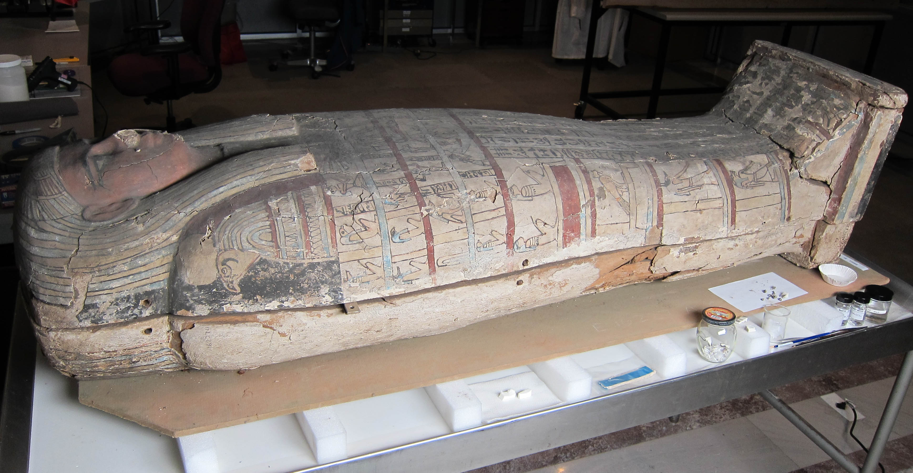 The coffin of Tawahibre in the Artifact Lab.