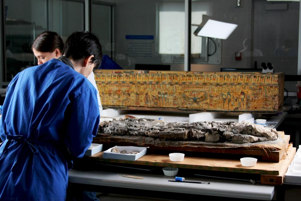 Conservators Tessa de Alarcon and Nina Owczarek working on the Ubaid skeleton
