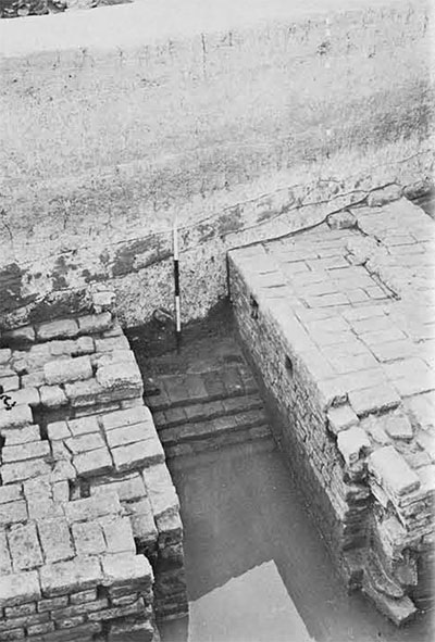 The spillway with grooves at either side of the mouth for inserting a door.