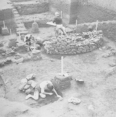 Detail of the excavation: in the foreground, Theresa Howard Carter cleans up an eighth century inhumanation grave, while Fritz Gehrke draws a large cremation tumulus.