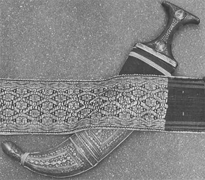 The upperclass tuza-type dagger is worn at an angle in front of his body.