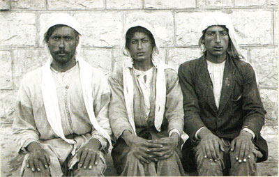 Local Arab workers sit for a photograph, October 28, 1921. Penn Museum Image: 238273