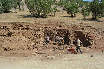 Excavations at Gund-i Topzawa revealed well-preserved masonry buildings of the early Iron Age terraced into the hillside—similar to ancient Assyrian depictions of Musasir. The buildings were destroyed while still in use.
