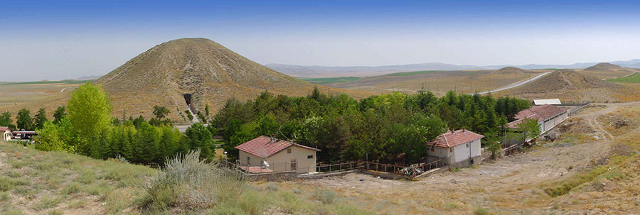 A panorama of Phrygian tumuli includes Tumulus MM and the Gordion Museum in the foreground. Photograph by Richard Liebhart. The tomb chamber appears in the inset cross-section of Tumulus MM. Plan 1957-1, 68107.