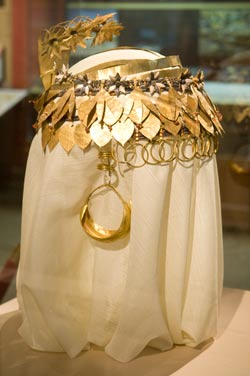 Queen Puabli's headdress, Penn Museum Objects B16693 (comb), B16992 (hair rings), B17709 (wreath), B17710 (wreath), B17711 (wreath), B17711a (hair ribbon), B17712 (earrings).